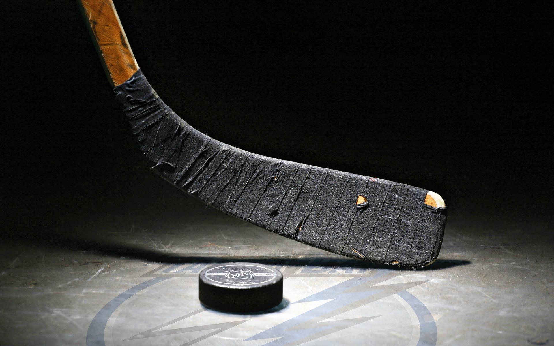 Hockey-stick-and-ball-wallpaper